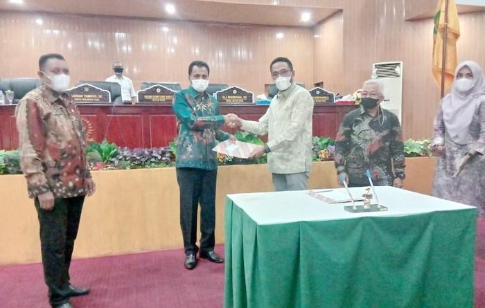 Ketua DPRD Kota Tual, Hasan Syarifudin Borut, menyerahkan Rekomendasi LKPJ Walikota Tual tahun 2020, kepada Wakil Walikota Tual, Usman Tamnge, pada rapat paripurna DPRD Kota Tual, Rabu ( 19/05/2021 ), pukul 16.00 WIT