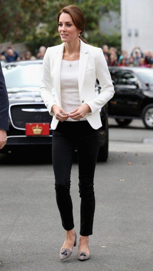 chaqueta y camiseta blanca pantalón negro