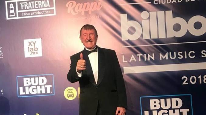 Germán Lizárraga recibe premio por parte de Billboard