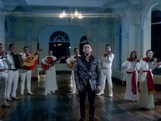"""Kevin Ortiz estrena el sencillo y video de """"Aquí sigo todavía"""" en versión mariachi."""