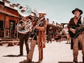 """Los Plebes del Rancho de Ariel Camacho le entrar al estilo vaquero con """"Tres botellas"""""""