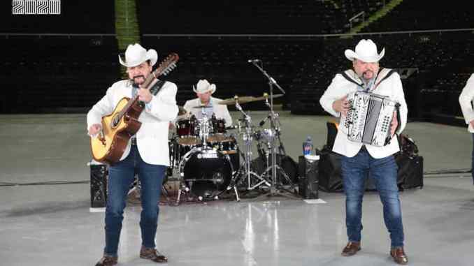 Grupo Pesado participa en campaña que reúne 3000 despensas en concierto.
