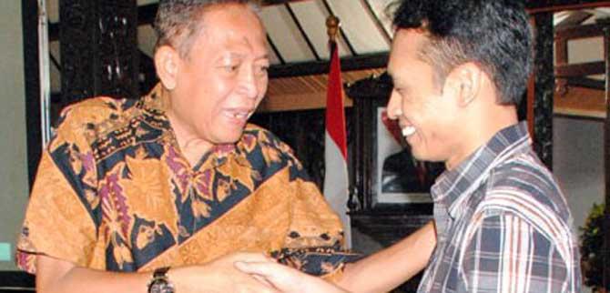 Kru Papringan Picture SMAN 1 Kutasari menerima uang pembinaan dari Bupati Purbalingga, Sukento Ridho Marhaendrianto