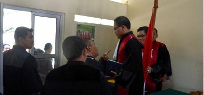 Eggi Sudjana selaku kuasa hukum  Soetopo mengajukan protes pada hakim dianggap arogan dalam sidang  di PN Tasikmalaya. (foto: hakri)