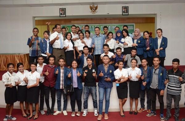 Menteri Perindustrian Saleh Husin berfoto bersama dengan para mahasiswa Universitas Nusa Cendana seusai memberikan kuliah umum, Kupang, 14 April 2016