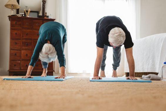 Practicar yoga u otras actividades en casa