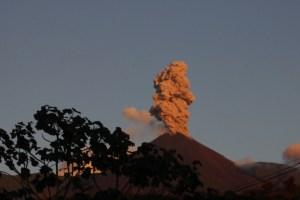volcan reventador erupting