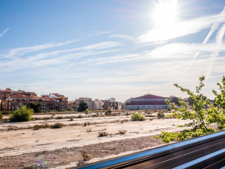 El ayuntamiento reclama una parcela urbanizada y un bajo comercial.