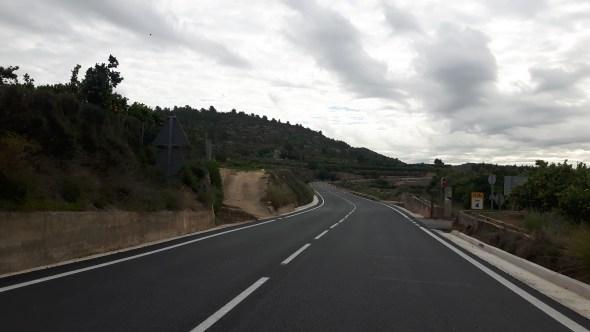 La actuación, con una inversión de 1,1 millones de euros, ha renovado por completo una carretera por la que circulan diariamente 1.500 vehículos y que presentaba un notable deterioro.