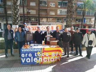 El candidato de Som Valencians En Moviment al Congreso de los Diputados, Jaume Hurtado, ha visitado el Mercat municipal d'Alzira.