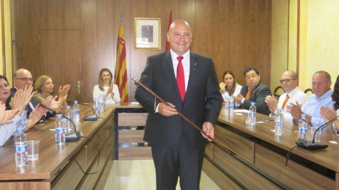 Eugenio Fortaña en el momento de tomar posesión de su cargo como alcalde de Turís.