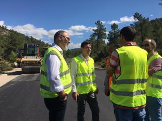 El diputado de Carreteras, Rafa García, aprovecha su visita a Los Serranos para recorrer algunas de las vías de la Demarcación de Villar en las que podrían acometerse mejoras.
