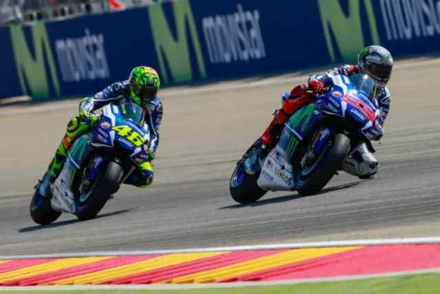 Rossi e Lorenzo travam o duelo pela segunda posição