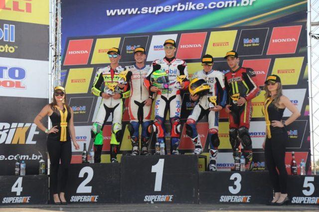Pódio da SuperSport 600: Eric Granado, Maximiliano Gerardo, Lucas Torres, Pedro Sampaio e Matheus de Oliveira Dia