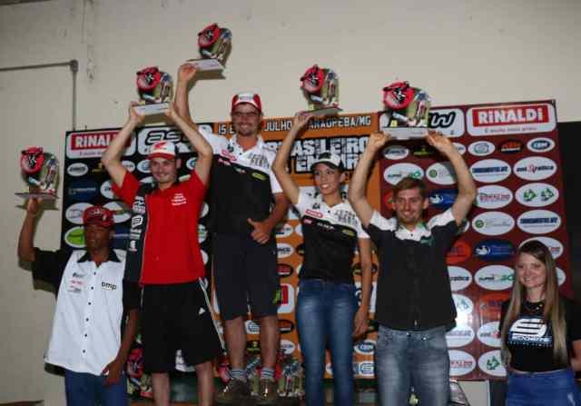 Bruno Martins ao lado de Bárbara Neves no pódio da E4, na quinta etapa do Brasileiro de Enduro FIM Foto: Fred Mancini/ Mundo Press