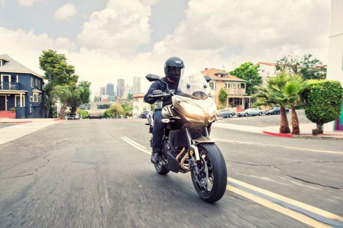 Kawasaki Versys 650 com a nova cor Metallic Flat Raw Titanium