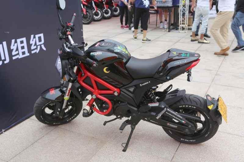 Não, não é uma Ducati, mas parece uma. A moto embaixo dos adesivos da Ducati é uma Yingang Monster, uma das diversas motos de rua vendidas sob o nome Monster com um quadro de trellis Ducati e motores de 125cc a 200cc. (Crédito: Mike Hanlon / New Atlas)