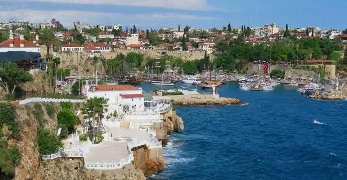 Blick von den Klippen von Antalya auf den Yachthafen und die dahinterliegende Altstadt Kaleici. Sie ist von Hafenmauern umgeben.