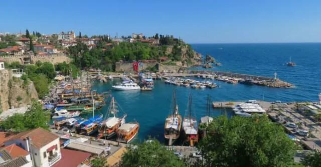 Schiffe im Yahcthafen von Antalya. Im Hintergrund sind die Klippen der Stadt zu sehen.