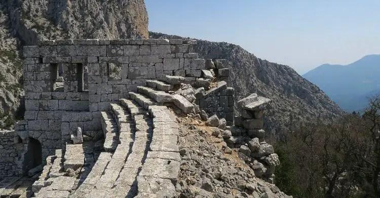 Der Ausblick vom 5.000 Sitzplätze fassenden römischen Theater von Termessos auf die umliegenden Berge.