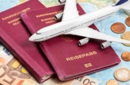 Reisepass, 50€ Schein, Flugzeugmodel und Landkarte