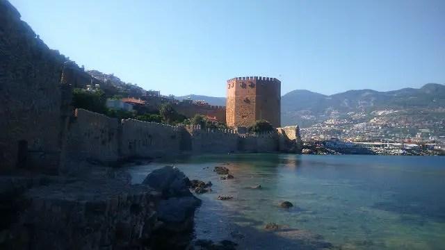 Blick auf die Burgmauern und den Roten Turm vom Meer aus gesehen.