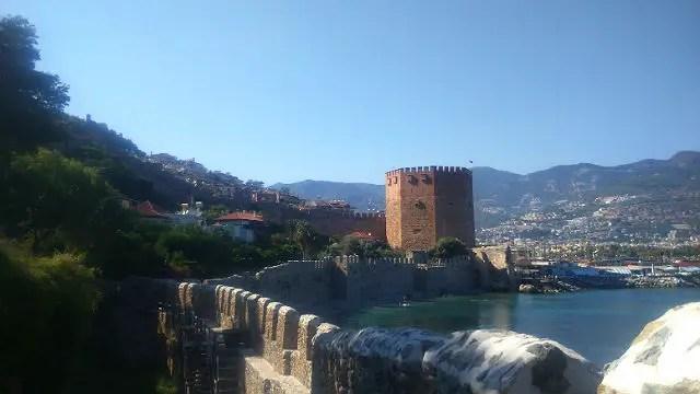 Roter Turm von den Hafenmauern von Alanya aus aufgenommen
