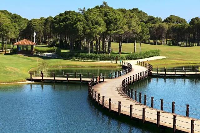 Golfplatz, Wasserteich & Steg