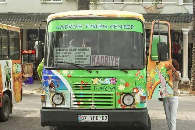 Frontalaufnahme eines grünen Dolmus Kleinbus in der Türkei