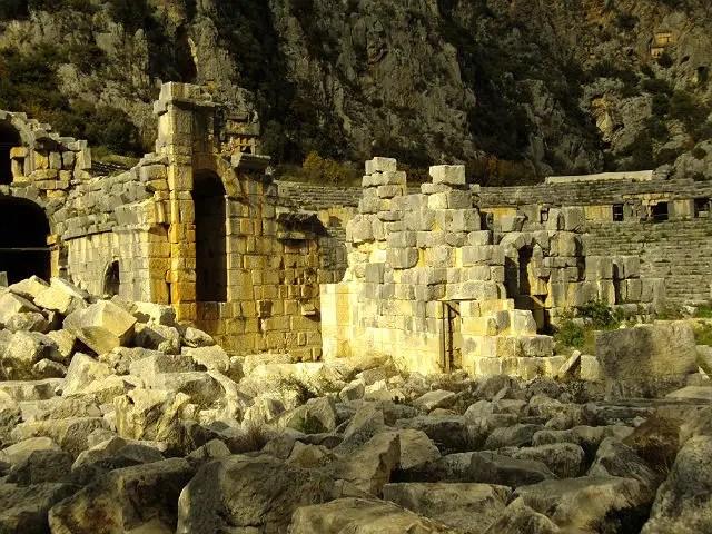 Eingestürzte Vorderwand des Amphitheaters