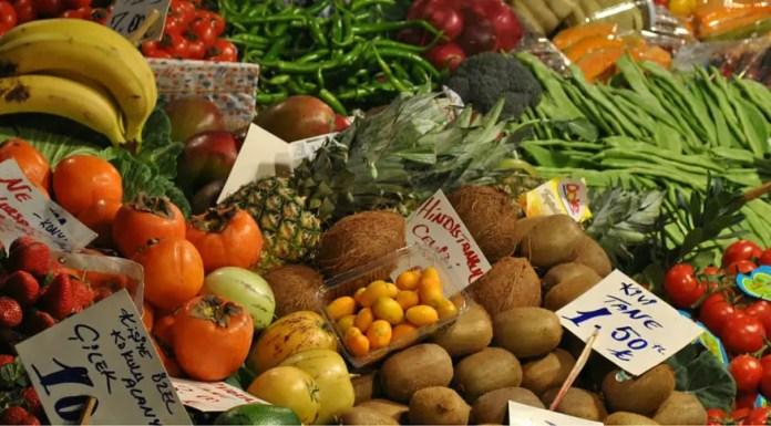 Stand auf einem Bazar mit vielen verschiedenen Früchten aus der Türkei