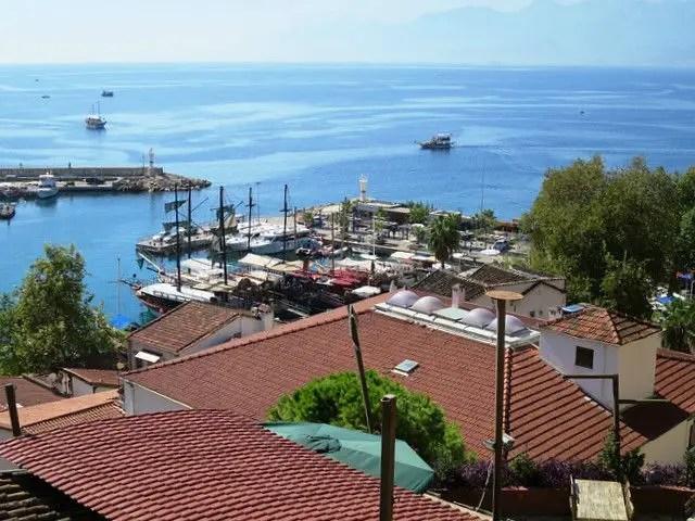 Blick von den Klippen von Antalya auf den darunter gelegenen Hafen und das Meer