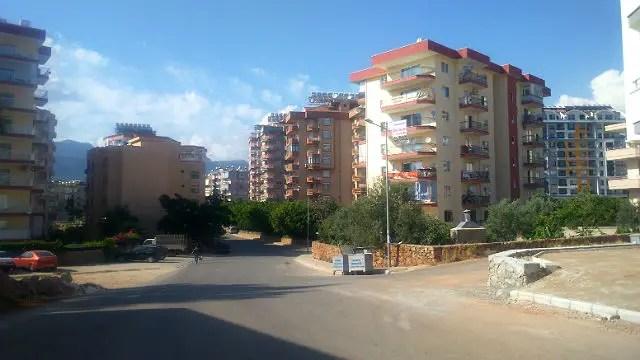 Schmale Straße durch eine Wohnsiedlung mit mehreren Mehrparteienhäusern in der Türkei
