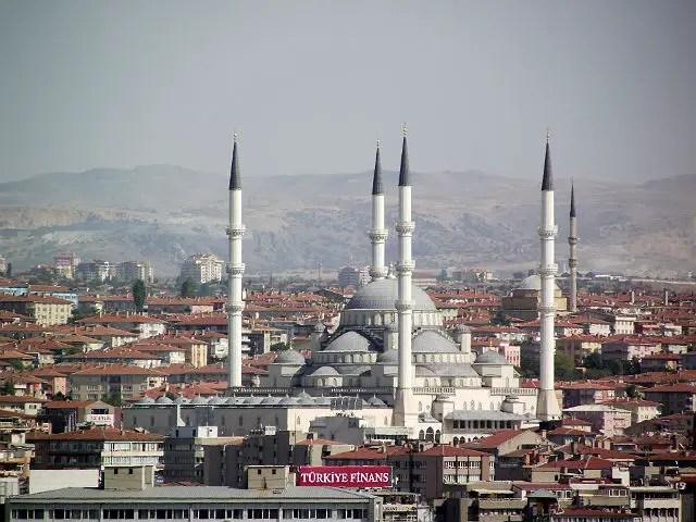 Panoramablick über Ankara. Im Vordergrund ist eine Moschee zu sehen. Dahinter die karg bewachsenen Hügel rund um die Stadt