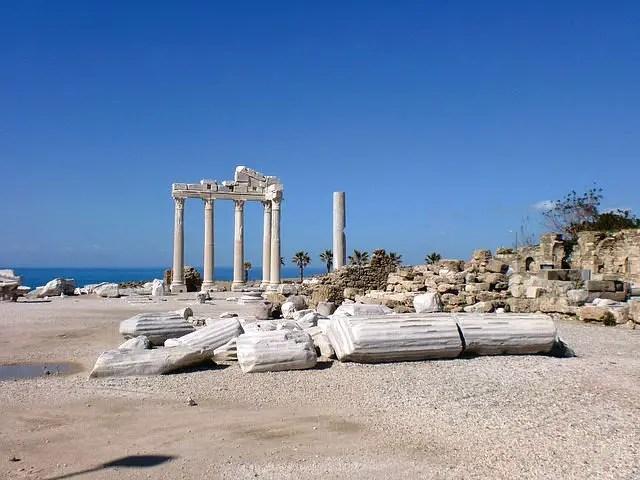 Die Ruinen des Apollon Tempels. Es stehen noch 5 weiße Säulen des Tempels