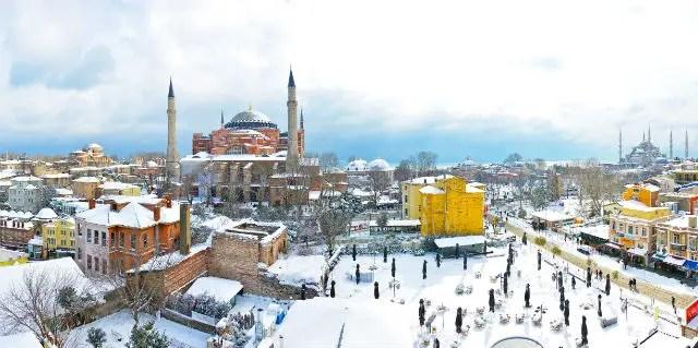 Die beiden großen Moscheen in Istanbul im Winter. Die Stadt ist mit Schnee bedeckt.