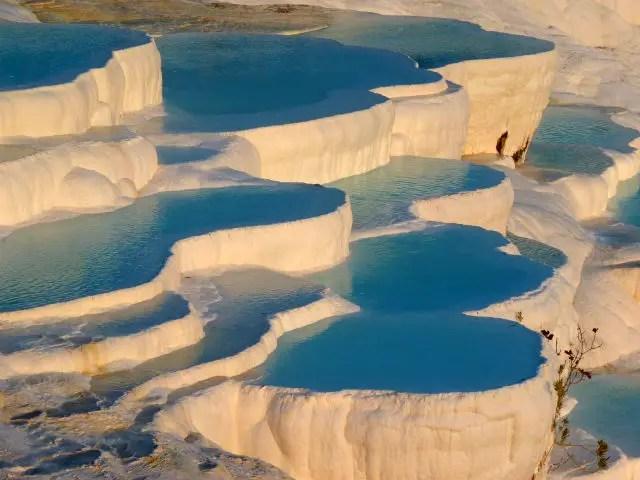Schneeweiße Kalkterassen die mit Thermalwasser gefüllt sind
