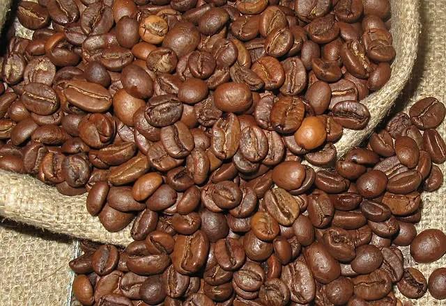 Ein Jutesack mit gerösteten Arabice Kaffeebohnen