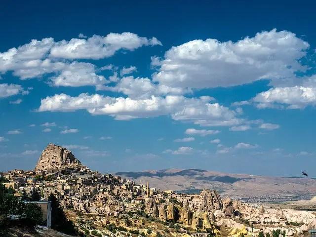 Festung Uchisar und die Stadt in Kappadokien. Panoramablick