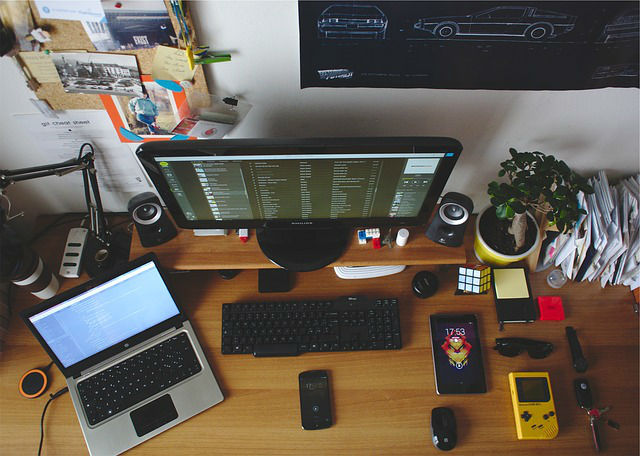 Notebook und Computer auf einem Tisch mit einem Telefon