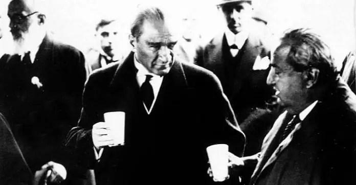 Schwarz-Weiß Foto von Mustafa Kemal Atatürk mit einem Becher Ayran in seiner Hand.