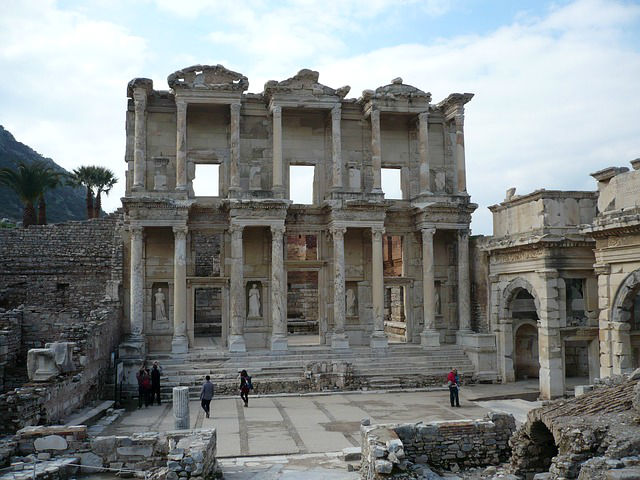 Die erhalten gebliebenen Ruinen der Celsius Bibliothek in Ephesus.