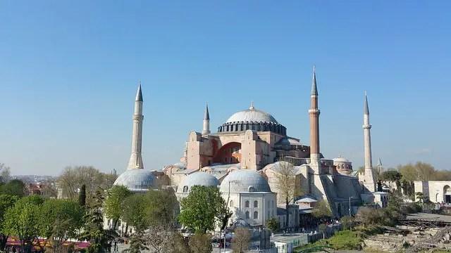 Foto der Hagia Sophia in Istanbul. Mit dem runden Kuppeldach und den vier Minaretten an jeder Seite.