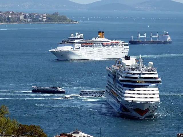 Zwei große Kreuzfahrtschiffe und drei Fähren sind an der Ausfahrt des Borporus zu sehen. Dahinter ist noch ein Frachtschiff. Das Bild ist vom Goldenen Horn aus aufgenommen worden.