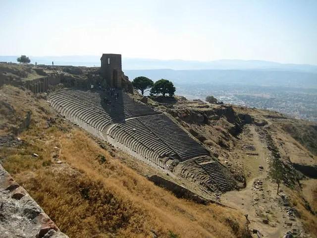 Panoramablick auf das Amphitheater von Pergamon. Es ist mit seinen tausenden Sitzplätzen auf einen Hügel Gebaut. Der vordere Teil der Ruinen ist nicht mehr erhalten geblieben.