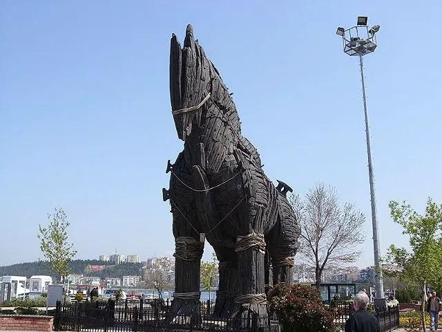 Nachbau des Trojanisches Pferdes am Hafen von Canakkale. Es ist im Film Troja mit Brad Pitt verwendet worden.