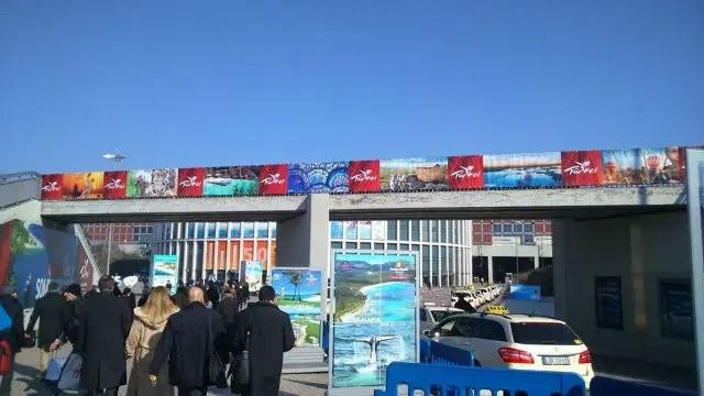 Straße zur ITB Berlin mit einer Brücke auf der viele Türkei Werbeplakate zu sehen sind.