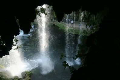 Blick aus einer hinter dem Wasserfall gelegenen Höhle auf das herabfallende Wasser
