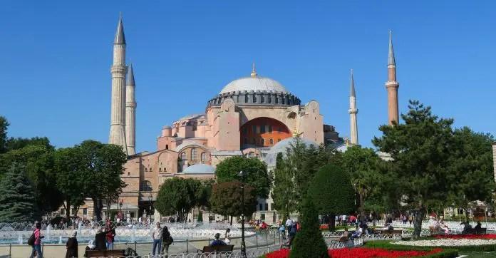 Sprungbrunnen vor der Hagia Sophia mit ihren vier Minaretten