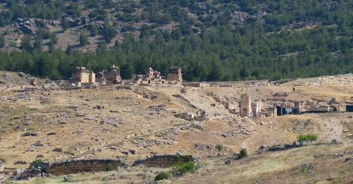 Ruinen der Kreuzigungskirche von St. Philip und seinem Grab auf einem Hügel in Hierapolis / Pamukkale